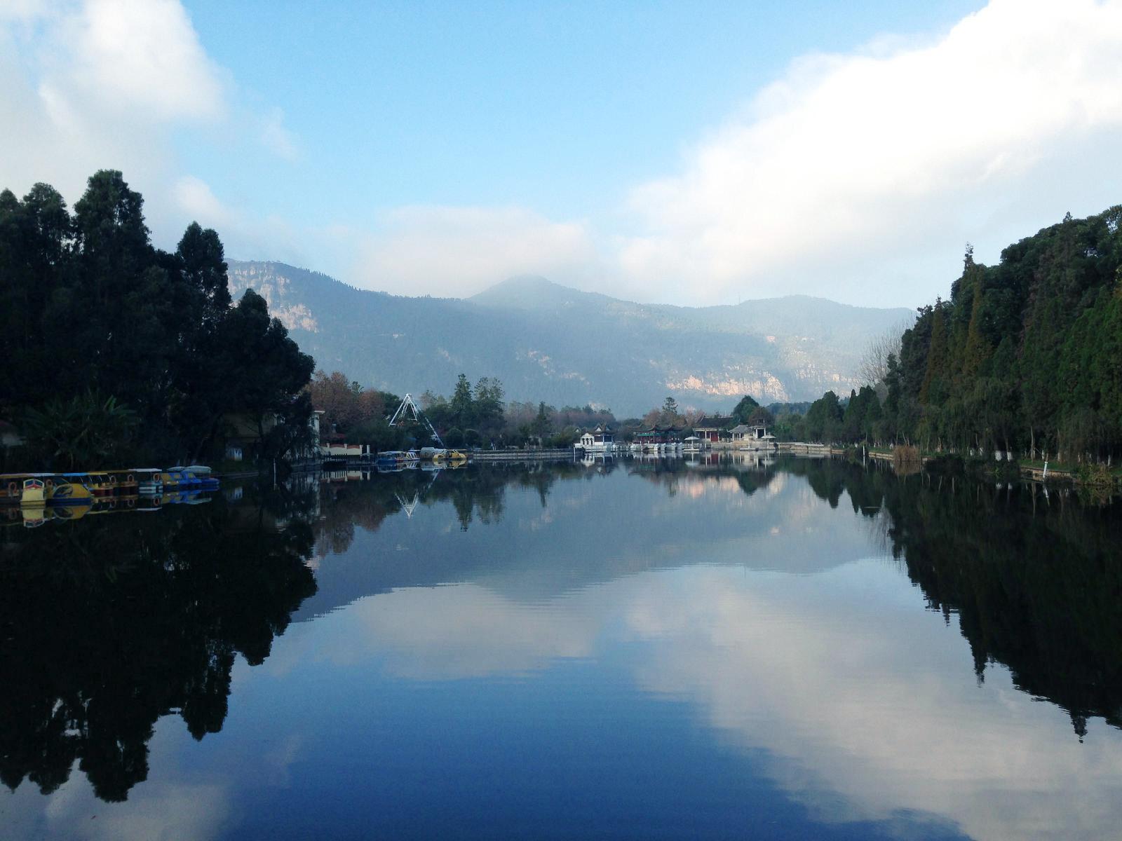 云南昆明山河风景照片